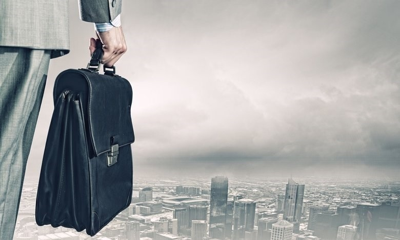 rsz_back_view_of_businessman_with_suitcase_looking_at_city.jpg
